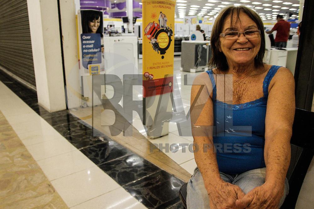 SÃO PAULO,SP,08.01. 2013 -MEGALIQUIDAÇÃO MAGAZINE LUIZA - Olga Aparecida da Rocha 69 anos foi a primeira a chegar para a  megaliquidação na Magazine luiza na loja do Shopping Aricanduva na zona leste ela chegou as 16h de Domingo (05). .FOTO ALE VIANNA - BRAZIL PHOTO PRESS.