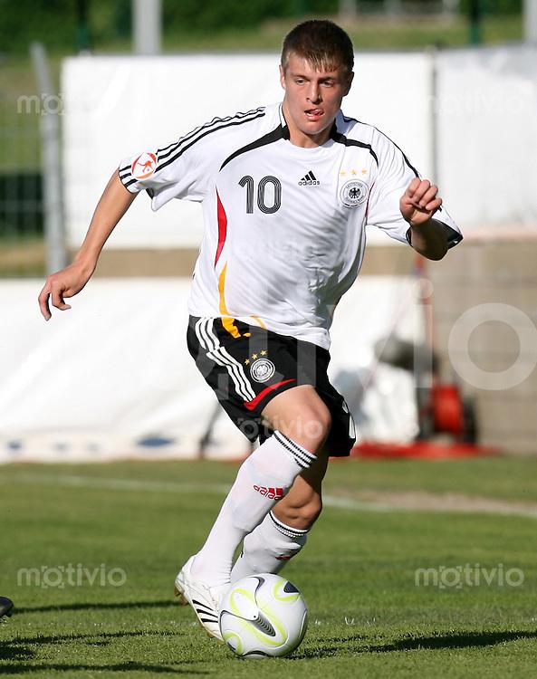 Fussball    International    U17 Europameisterschaft Toni KROOS (Deutschland), Einzelaktion am Ball