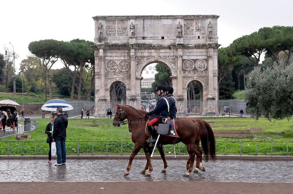 Roma 23 Novembre 2015<br /> Colosseo sorvegliato speciale in vista del Giubileo essendo un luogo di forte impatto turistico. Il piano, ideato dalla questura con la prefettura e forze dell&rsquo;ordine, prevede un potenziamento dei controlli antiterrorismo nella zona intorno al Colosseo. Carabinieri a cavallo durante i controlli antiterrorismo al Colosseo.<br /> Rome 23 November 2015<br /> Colosseum special surveillance in view of the Jubilee being a place of great tourist impact. The plan, devised by the police with the prefecture, provides for the reinforcement of anti-terrorism controls in the area around the Colosseum.  Carabinieri on horseback during the anti-terrorism controls the Colosseum