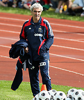 GEPA-1006086468 - CHATEL ST.DENIS,SCHWEIZ,10.JUN.08 - FUSSBALL - UEFA Europameisterschaft, Vorbereitung auf die EURO 2008, Nationalteam Frankreich, Training. Bild zeigt Teamchef Raymond Domenech (FRA).<br />