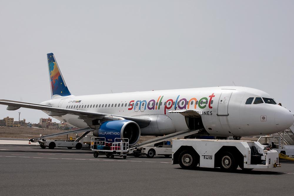 Plane of the company Small Planet on the tarmac. Avion de la compagnie Small Planet sur le tarmac.