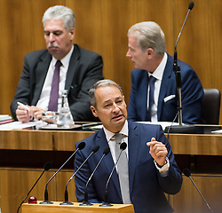 13.10.2016, Parlament, Wien, AUT, Parlament, Nationalratssitzung, Sitzung des Nationalrates mit Generaldebatte über das Bundesfinanzgesetz 2017, im Bild Klubobmann SPÖ Andreas Schieder vor Bundesminister für Finanzen Hans Jörg Schelling (ÖVP) und Vizekanzler und Minister für Wirtschaft und Wissenschaft Reinhold Mitterlehner (ÖVP) // Leader of the Parliamentary Group SPOe Andreas Schieder in front of Austrian Minister of Finance Hans Joerg Schelling and Vice Chancellor of Austria and Minister of Science and Economy Reinhold Mitterlehner during meeting of the National Council of austria according to government budget 2017 at austrian parliament in Vienna, Austria on 2016/10/13, EXPA Pictures © 2016, PhotoCredit: EXPA/ Michael Gruber