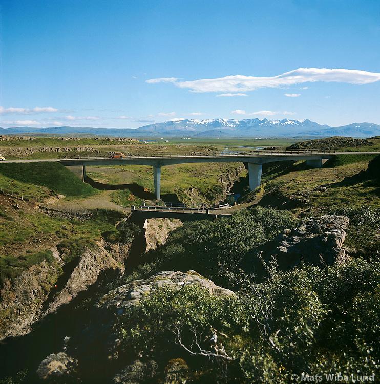 Gljúfurá, ný og gömul brú, Stafholtstunguhreppur, Skarðsheiði í baksýni..New and old bridge over river Gljufura. Skardsheidi in background.