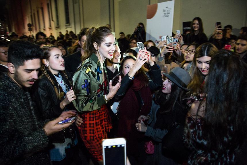 Arrivee de la fashion blogger Chiara Ferragni au defile de Moschino, a la semaine de la mode de Milan