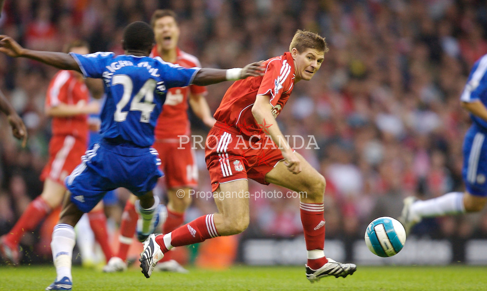 Liverpool, England - Sunday, August 19, 2007: Liverpool's Steven Gerrard MBE and Chelsea's Shaun Wright-Phillips during the Premiership match at Anfield. (Photo by David Rawcliffe/Propaganda)