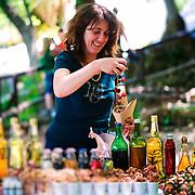 Sandra vend les produits de sa terre dans le Parc National de Krka. Figues, amandes, cerises, huiles et rakia aux herbes (L'alcool local).