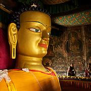 Le Bouddha Shakyamuni de Shey, Ladakh, Inde 2010.<br /> <br /> Le monast&egrave;re de Shey abrite la deuxi&egrave;me plus grande statue de Bouddha du Ladakh. Les p&egrave;lerins viennent de toute la r&eacute;gion pour s'y recueillir, chanter des mantras ou faire des offrandes &agrave; la divinit&eacute;.