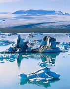 Icebergs floating in Jökulsárlón, Breidmerkurjökull glacier in the distance.  South Iceland, Europe