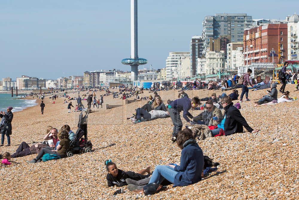 © Licensed to London News Pictures. 26/03/2017. Brighton, UK. Members of the public take advantage of the sunshine and warm weather to spend time on the beach and promenade in Brighton. Photo credit: Hugo Michiels/LNP