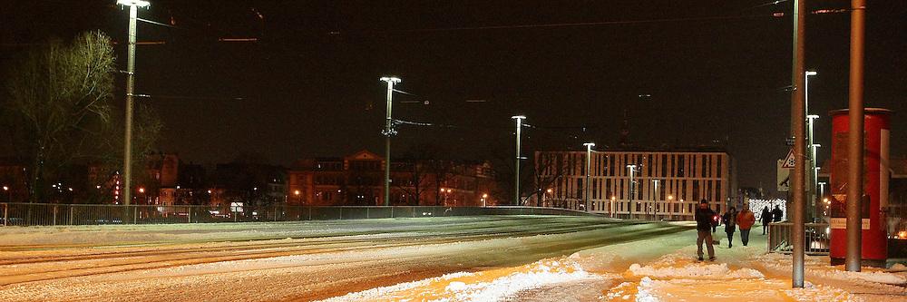 Mannheim. Kurpfalzbr&cedil;cke teilweise wegen Galtteis gesperrt. Am ersten Weihnachtsfeiertag sperrt die Polizei kurzzeitig die Kurpfalzbr&cedil;cke wegen Glatteis. Mehrere PKW konnten nicht mehr &cedil;ber die Br&cedil;cke fahren. R&permil;umfahrzeige mussten mehrere Male &cedil;ber die Br&cedil;cke fahren, damit der Vehrkehr ungehindert weitergef&cedil;hrt werden konnte.<br /> <br /> <br /> <br /> Bild: Markus Proflwitz / masterpress /