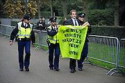 """Nederland, Den Haag, 14-10-2010Bi Huis ten Bosch, vlak voor de bordesfoto,voerde Greenpeace aktie tegen het nieuwe kabinet omdat er geen minister voor miieu meer in zit. De nepminister werd in zijn auto bij toegangshek """"ontmaskerd"""" en weggevoerd.Foto: Greenpeace/Flip Franssen"""