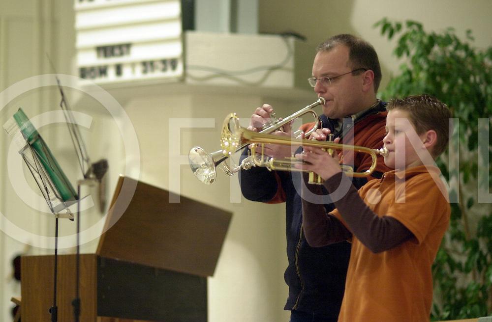 RIJSSEN<br /> Voorspeelavond van de muziekschool Rijssen in de Ontmoetingskerk waar de instrumenten Orgel, Pano en Trompet aan de beurt waren,<br /> Foto van Wilmar Taal met zijn leraar Jan Geuke,<br /> <br /> Editie: NY<br /> <br /> fotografie frank uijlenbroek&copy;2006 michiel van de velde<br /> TT2006