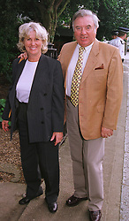 MR & MRS JIMMY TARBUCK he is the comedian, at a party in London on 30th June 1999.MTY 70