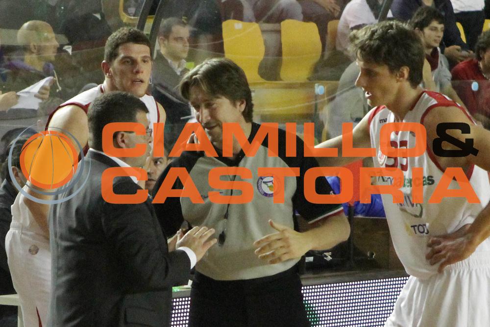 DESCRIZIONE : Roma Lega Basket A 2011-12  Acea Virtus Roma Banca Tercas Teramo<br /> GIOCATORE : Alessandro Ramagli arbitro Achille Polonara<br /> CATEGORIA : fair play delusione<br /> SQUADRA : Banca Tercas Teramo<br /> EVENTO : Campionato Lega A 2011-2012 <br /> GARA : Acea Virtus Roma Banca Tercas Teramo<br /> DATA : 16/04/2012<br /> SPORT : Pallacanestro  <br /> AUTORE : Agenzia Ciamillo-Castoria/ M.Simoni<br /> Galleria : Lega Basket A 2011-2012  <br /> Fotonotizia : Roma Lega Basket A 2011-12 Acea Virtus Roma Banca Tercas Teramo<br /> Predefinita :