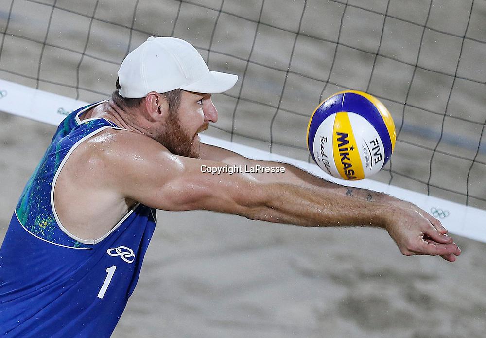 Foto LaPresse - Spada<br /> 19  agosto  2016 , Rio de Janeiro ( Brasile)<br /> Sport <br /> Olimpiadi Rio 2016 - Finale Beach Volley uomini <br /> P. Nicolai e D. Lupo ( ITA ) vs B. Schmidt e A. Cerutti ( BRA )<br /> Cerimonia di premiazione <br /> Nella foto:   B. Schmidt ( BRA )<br /> <br /> Photo LaPresse - Spada<br /> August 19 ,  2016  , Rio de Janeiro 2016  (Brazil)<br /> Sport<br /> Olympic games Rio 2016 - Men's beach volleyball final <br /> P. Nicolai e D. Lupo ( ITA ) vs B. Schmidt e A. Cerutti ( BRA )<br /> Winning ceremony<br /> In the pic:  B. Schmidt ( BRA )