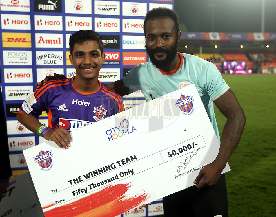 Didier Zokora of NorthEast United FC receives the winning team award during the presentation of the match 11 of the Indian Super League (ISL) season 3 between FC Pune City and NorthEast United FC held at the Balewadi Stadium in Pune, India on the 12th October 2016.<br /> <br /> Photo by Sandeep Shetty / ISL/ SPORTZPICS