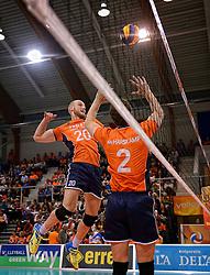 31-05-2015 NED: CEV EK Kwalificatie Nederland - Spanje, Doetinchem<br /> Nederland wint met 3-1 van Spanje en plaatst zich voor het EK in Bulgarije en Italie / Jasper Diefenbach #20, Yannick van Harskamp #2