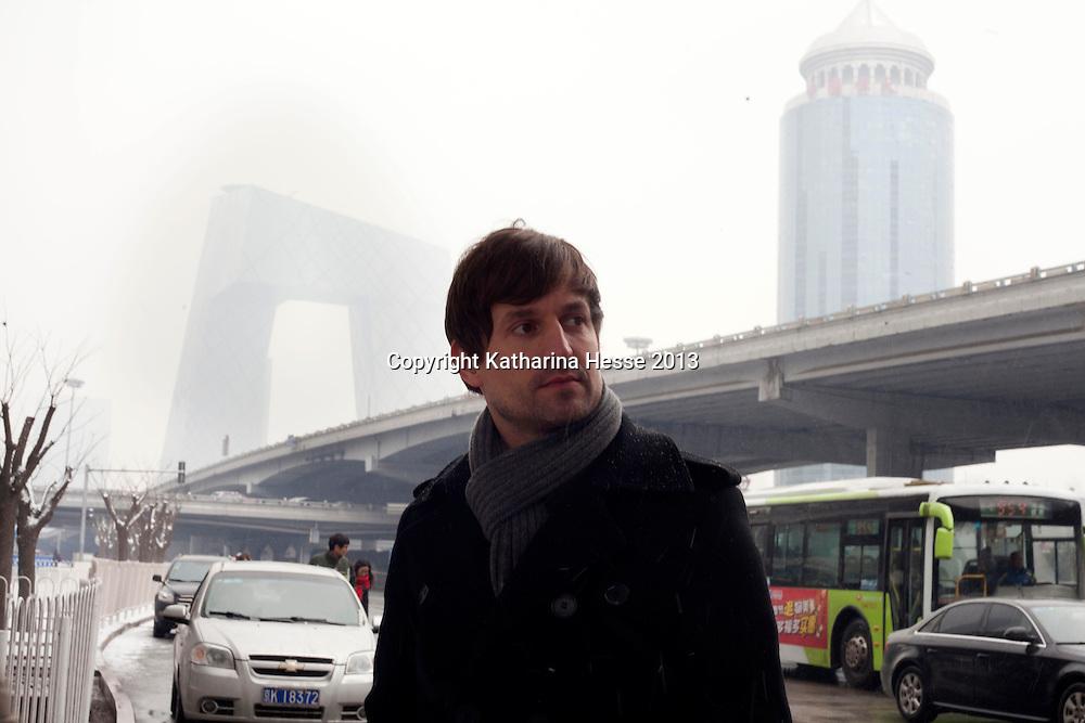 BEIJING, 5. FEB. 2013 : Architekt Ole Scheeren in in der Pekinger Innenstadt ( mit CCTV Tower im Hintergrund).
