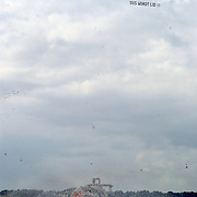 BNN winterpresentatie 2003, vliegtuigen met tekst We zitten in de shit, word lid