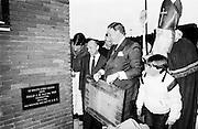 """Den Haag 29-11-1981 Klatteweg <br /> Philip J.M. van der Ven legt de laatste steen van het nieuwe gebouw van de Haagsche Squash Rackets Club """"HSRC"""" <br /> <br /> ©Ronald Speijer"""