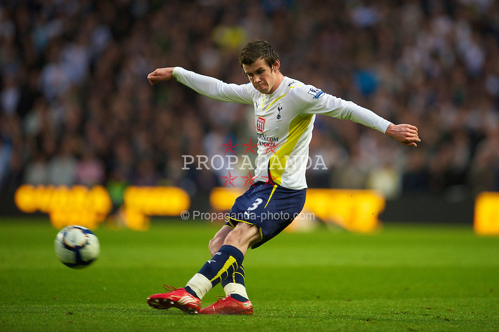MANCHESTER, ENGLAND - Wednesday, May 5, 2010: Tottenham Hotspur's Gareth Bale in action against Manchester City during the Premiership match at City of Manchester Stadium. (Photo by David Rawcliffe/Propaganda)
