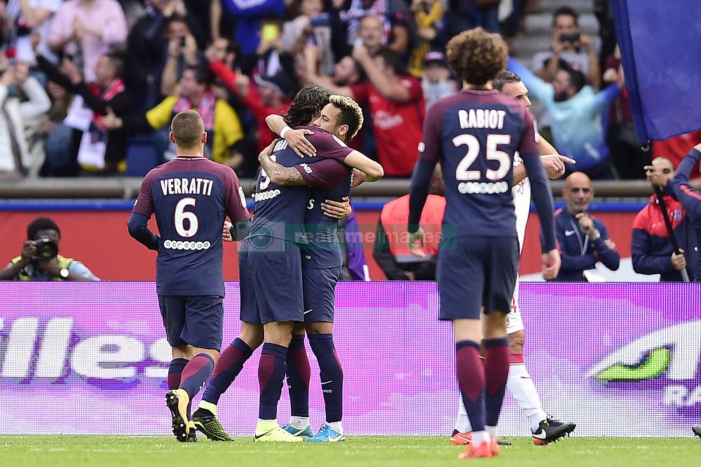 September 30, 2017 - Paris, France, France - joie des joueurs du PSG apres le but sur penalty de Neymar Jr (PSG) .CAVANI Edinson  (Credit Image: © Panoramic via ZUMA Press)