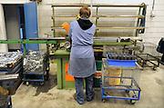 Nederland, Nijmegen, 6-6-2012Bij een klein metaalbedrijf loopt een jongeman stage voor zijn opleiding in het speciale onderwijs.Foto: Flip Franssen/Hollandse Hoogte