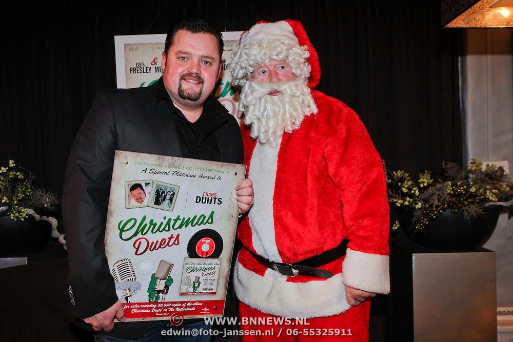 NLD/Hilversum/20111118 - Presentatie cd Christmas Duets, Frans Duijts en kerstman