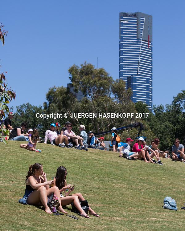 FEATURE, auf der Anlage sitzen die Tennis Fans auf einer Wiese, Eureka Tower im Hintergrund,<br /> <br /> Australian Open 2017 -  Melbourne  Park - Melbourne - Victoria - Australia  - 19/01/2017.