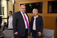 31 OCT 2013, BERLIN/GERMANY:<br /> Peter Altmaier (L), CDU, Bundesumweltminister, und Hannelore Kraft (R), SPD, Ministerpraesidentin Nordrhein-Westfalen, im Gespraech, vor Beginn der Verhandlungen in der Koalitionsarbeitsgruppe Energie im Rahmen der Koalitionsverhandlungen von CDU/CSU und SPD, Bundesumweltministerium<br /> IMAGE: 20131031-01-007<br /> KEYWORDS: Gespräch