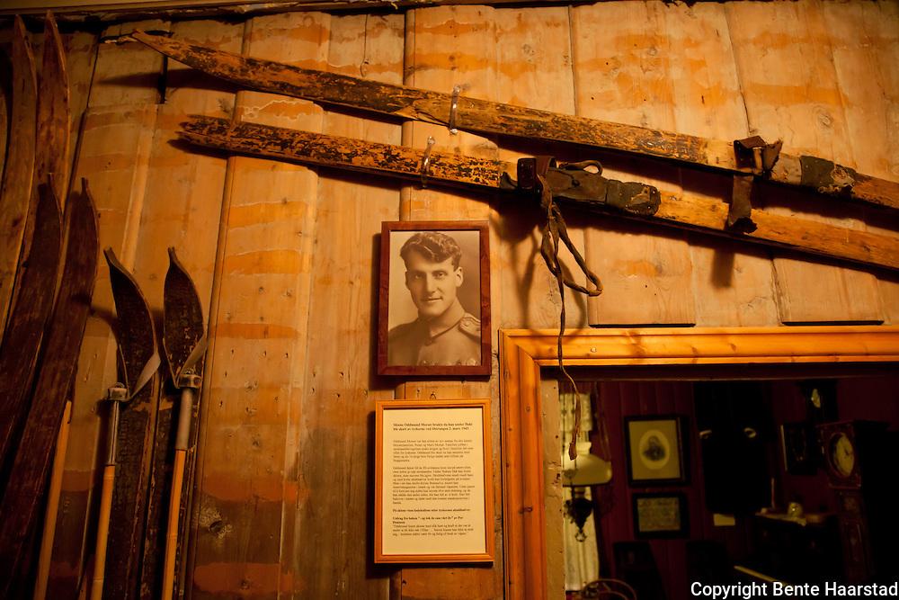 Skiene som Oddmund Morset brukte da han på flukt fra tyskerne ble skutt ved innsjøen Østrungen 2. mars 1943. De gamle treskiene har skal ha kulehull, og er utstilt ved bygdemuseet i Selbu.