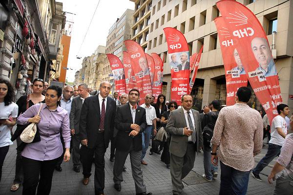 Turkije, Istanbul, 2-6-2011Verkiezingscampagne van de CHP partij, de turkse sociaal democraten, met haar lijsttrekker prof. dr. Aydin Ayaydin, in Istanbul in de aanloop naar de verkiezingen voor het parlement op 16 juni. Foto: Flip Franssen