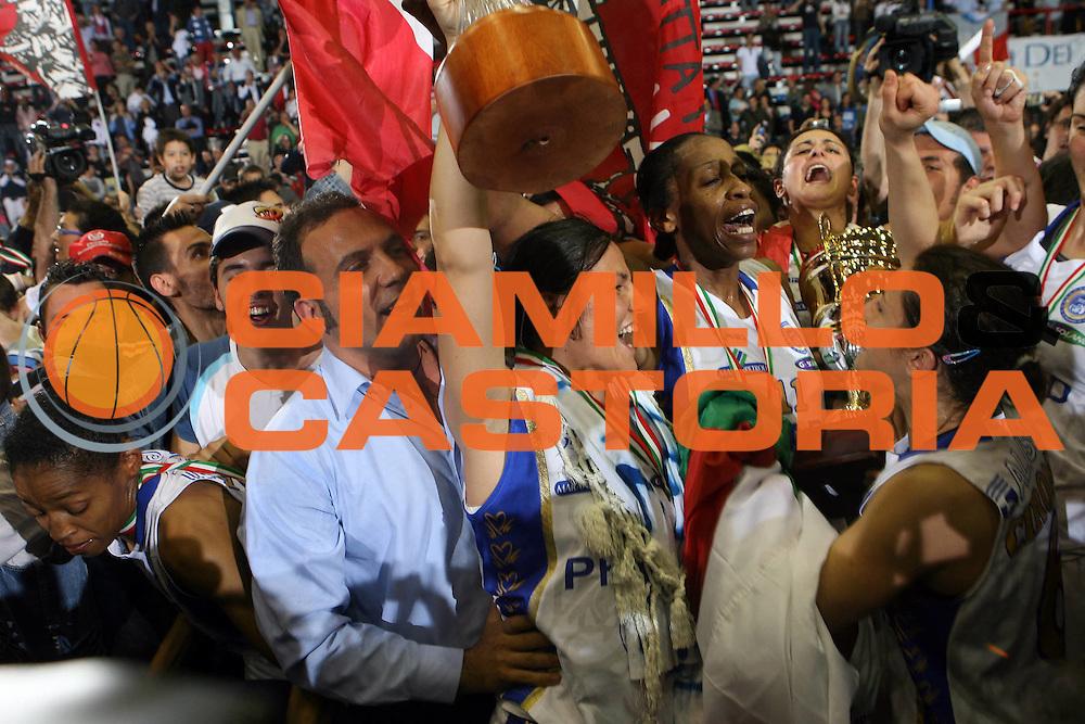 DESCRIZIONE : Napoli Lega A1 Femminile 2006-07 Finale Scudetto Gara 4 Phard Napoli Germano Zama Faenza<br /> GIOCATORE : Imma Gentile Nicole Antibe<br /> SQUADRA : Phard Napoli <br /> EVENTO : Campionato Lega A1 Femminile Finale Scudetto Gara 4 2006-2007 <br /> GARA : Phard Napoli Germano Zama Faenza<br /> DATA : 16/05/2007 <br /> CATEGORIA : Esultanza Award<br /> SPORT : Pallacanestro <br /> AUTORE : Agenzia Ciamillo-Castoria/E.Castoria<br /> Galleria : Lega Basket Femminile 2006-2007<br /> Fotonotizia : Napoli Campionato Italiano Femminile Lega A1 2006-2007 Finale Scudetto Gara 4 Phard Napoli Germano Zama Faenza<br /> Predefinita :