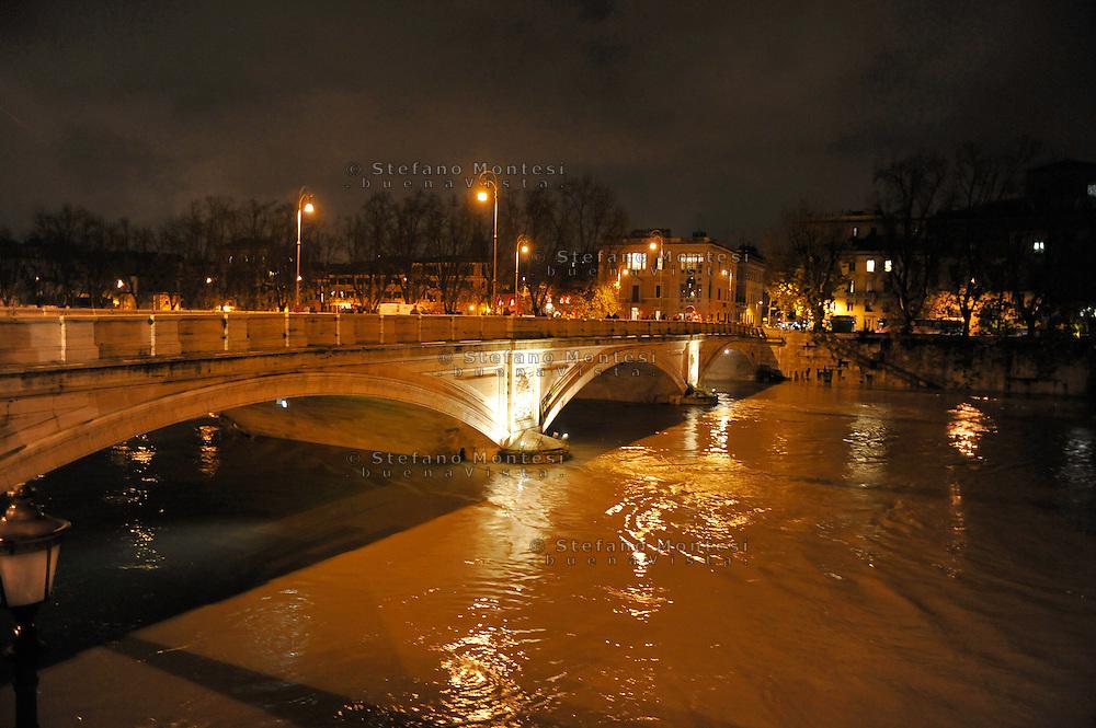 Roma 12 Dicembre 2008.Il fiume Tevere in piena per le piogge.Rome 8 December 2008.The river Tiber in flood  for the rains.