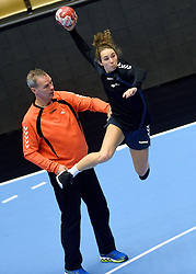 19-12-2015 DEN: World Championships Handball 2015 Training Oranje, Herning<br /> Na een rustige training werd er een persmoment gehouden / Ass. coach Peter Portengen, Sanne Hoekstra #29