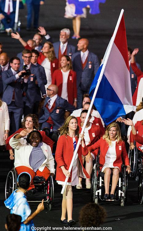 Marlou van Rhijn draagt de vlag voor het Nederlands team tijdens de opening ven de Paralympische Spelen in Rio, 7 september 2016.