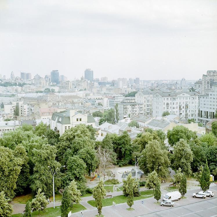 Die Frage nach der Widerspr&uuml;chlichkeit der Alltagsrealit&auml;t in einem Land, das sich in einem Krieg befindet ist wiederholt gestellt worden. <br /> <br /> Im Sommer 2016 schien der Krieg im Donbass unendlich weit weg, zumindest in der ukrainischen Hauptstadt Kiew, zumindest vordergr&uuml;ndig. <br /> <br /> In der kulturwissenschaftlichen Theorie kennt man den von Jan Assman gepr&auml;gten Begriff des kulturellen Ged&auml;chtnisses. Symbolische Erinnerungsorte, kollektive Gr&uuml;ndungsmythen und als verbindlich erlebte Erz&auml;hlungen nationalstaatlicher Gemeinschaft verbinden sich in dieser Theorie zu einem Komplex, auf den sich eine Gesellschaft bezieht, spricht sie &uuml;ber das, was ihr genuin zueigen ist und was sie als ununterscheidbare Einheit von anderen trennt.<br /> <br /> In der Ukraine verwischen kulturelle Erinnerungsartefakte der Kiewer Ru&szlig;, des gro&szlig;en Hungers w&auml;hrend der Stalindiktatur, des sowjetischen Erbes und der j&uuml;ngsten Geschichte in der die kleptokratische Elite unter Viktor Janukowitsch die Transformation des Landes vom Kommunismus in den Kapitalismus pervertiert hat.<br /> <br /> Vor der Folie einer solch fragmentierten Vergangenheit, in der sich systemische, politische und emotional erlebte Machtverh&auml;ltnisse &uuml;berlagern, k&ouml;nnen Orte kollektiver Identit&auml;t nicht unwidersprochen existieren. <br /> <br /> Diese Paradoxie tritt immer dann besonders hervor, wenn das kulturelle Ged&auml;chtnis neu codiert wird. Im Augenblick ist die in der Ukraine der Fall. <br /> <br /> Die Vergangenheit versagt in Bezug auf die nationale Selbstvergewisserung, die Gegenwart ist politisch und ideologisch &uuml;berformt und die Zukunft ist ungewiss.