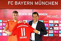 Fussball  1. Bundesliga  Saison 2019/2020  20.08.2019 Neuzugang beim FC Bayern Muenchen; Michael Cuisance (li) praesentiert mit Sportdirektor Hasan Salihamidziuc (re) sein neues FCB Trikot