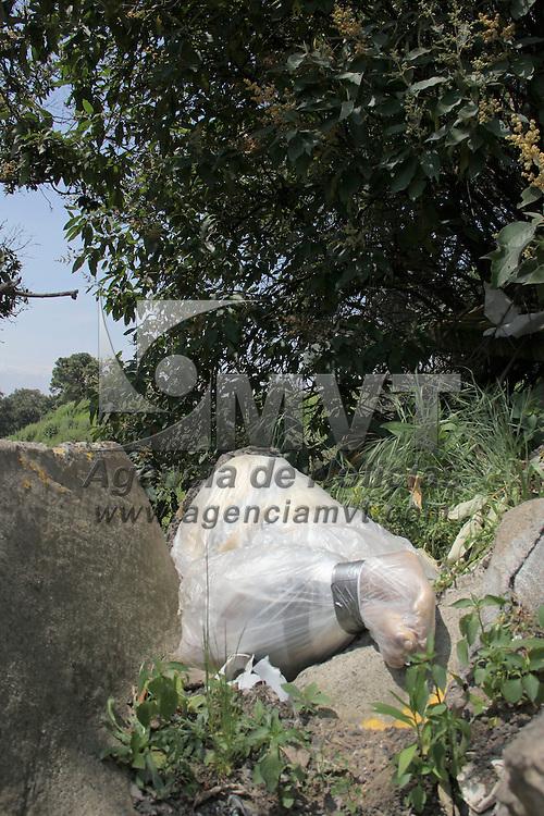 CHALCO, Mexico.- El cuerpo degollado y embolsado de una mujer fue encontrado a la altura del kilometro 46 de la Autopista Mexico-Puebla, un grupo de peregrinos reportó el macabro hallazgo. Agencia MVT / Juan Garcia. (DIGITAL)