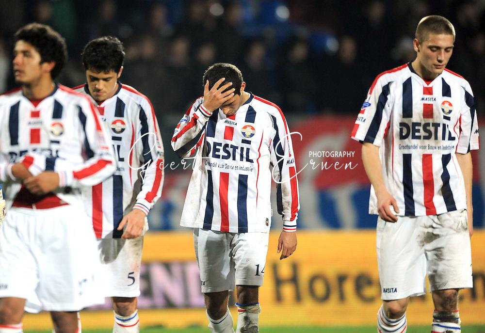 28-02-2009 Voetbal:Willem II:Heracles Almelo:Tilburg<br /> Mohamed Messoudi slaat zijn hand tegen zijn hoofd na de nederlaag in eigen huis. Manco, Veloso en Janse volgen hem<br /> Foto: Geert van Erven