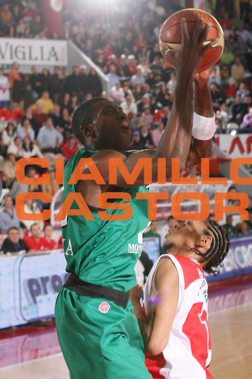 DESCRIZIONE : Teramo Lega A1 2006-07 Siviglia Wear Teramo Montepaschi Siena <br /> GIOCATORE : Sato <br /> SQUADRA : Montepaschi Siena <br /> EVENTO : Campionato Lega A1 2006-2007 <br /> GARA : Siviglia Wear Teramo Montepaschi Siena <br /> DATA : 18/02/2007 <br /> CATEGORIA : Tiro <br /> SPORT : Pallacanestro <br /> AUTORE : Agenzia Ciamillo-Castoria/G.Ciamillo