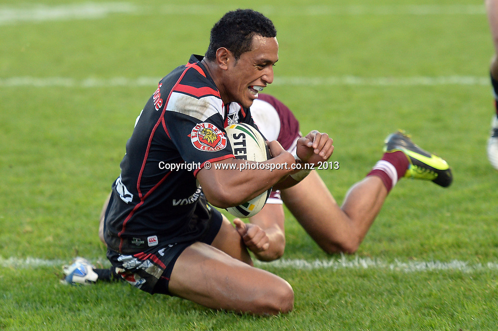 GLEN FISIIAHI scores a try. NRL Rugby League match, Vodafone Warriors v Manly Sea Eagles at Mt Smart Stadium, Auckland, New Zealand on Sunday 9 June 2013. Photo: Andrew Cornaga/Photosport.co.nz