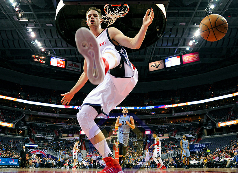 WASHINGTON, DC - JANUARY 18: Washington Wizards forward Jason Smith (14) scores on dunk in the first half against the Memphis Grizzlies on January 18, 2017, at the Verizon Center in Washington, D.C.  The Washington Wizards defeated the Memphis Grizzlies, 104-101.(Photo by Icon Sportswire)