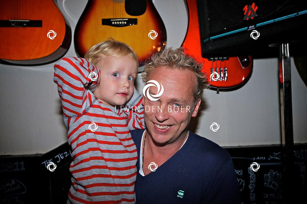 AMSTERDAM - In het Back Stage Hotel is vandaag op de geboortedag van Herman Brood, hij zou vandaag 65 jaar geworden zijn, een echte Herman Brood Kamer onthuld. En ook het boek met dvd genaamd Feel Like Doing It.  Met op de foto de enige echte zoon van Herman namelijk Marcel Buissink met zijn zoontje. FOTO LEVIN DEN BOER - PERSFOTO.NU