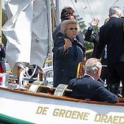 NLD/Loosdrecht/20120623 - Koningin Beatrix bezoekt vlootschouw nij het 100 jarig bestaan van watersportvereniging WNL  , Koningin Beatrix aan het roer van de Groene Draeck
