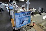 Nederland, Nijmegen, 16-10-2003..Sinds kort hebben de behandelunits van de praktikum zalen van de faculteit tandheelkunde de beschikking over beeldschermen waarop direct patientengegevens, rontgenfoto's, beschikbaar zijn. studenten, studeren, digitalisatie, digitaal, tandartsen opleiding...Foto: Flip Franssen