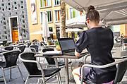 Nederland, Nijmegen, 27-6-018 Een jonge vrouw werkt op een terrasje op haar computer, laptop  .Foto: Flip Franssen