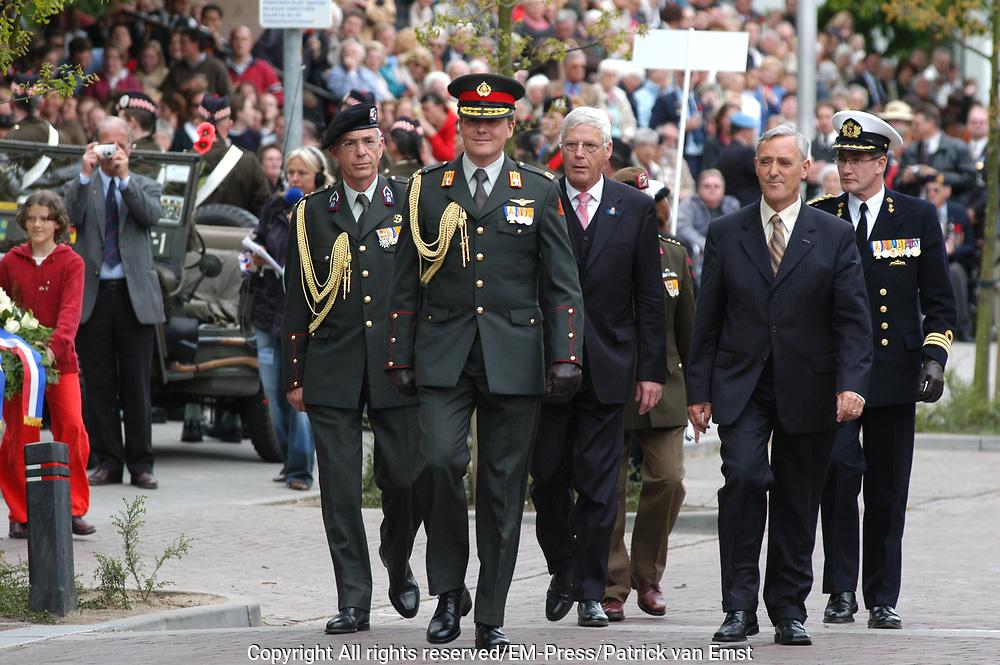 Zijne Koninkijke Hoogheid de Prins van Oranje neemt op donderdag 5 mei 2005 in Wageningen het defilé af van veteranen, oud-verzetsstrijders en parate eenheden tijdens de herdenking van de bevrijding die wordt georganiseerd door het Nationaal Comité Herdenking Capitulaties 1945 Wageningen. Het defilé vindt voor de laatste maal in Wageningen plaats. Daarnaast aanvaardt de Prins van Oranje het beschermheerschap van het Comité Nederlandse Veteranendag. <br /> <br /> Op de foto:<br /> <br /> <br /> ZKH Prins Willem Alexander