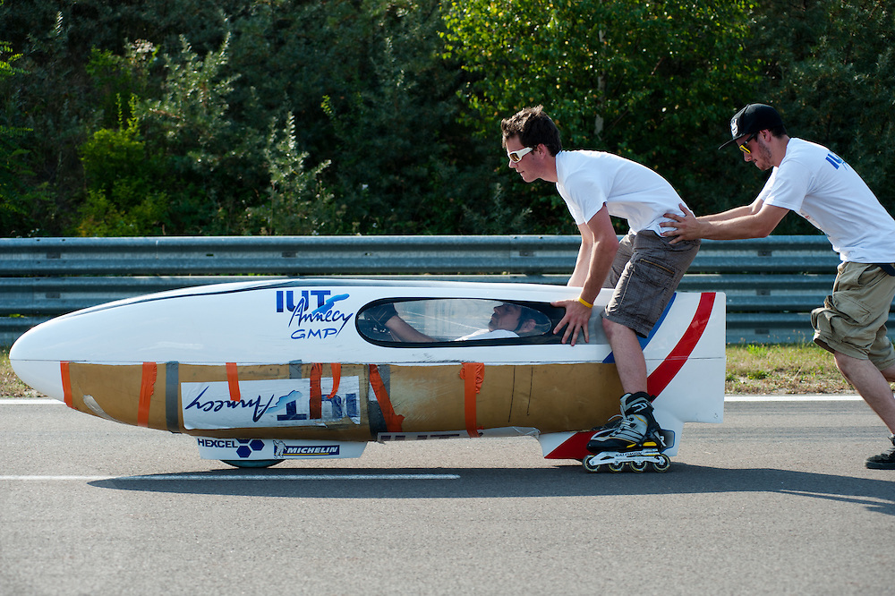 Op de Dekrabaan in Schipkau is het team van de Franse universiteit IUT Annecy bezig met een testrit met de recordfiets Altair. <br /> <br /> At the Dekra track in Schipkau the team of the French university IUT Annecy is testing the Altair bike.