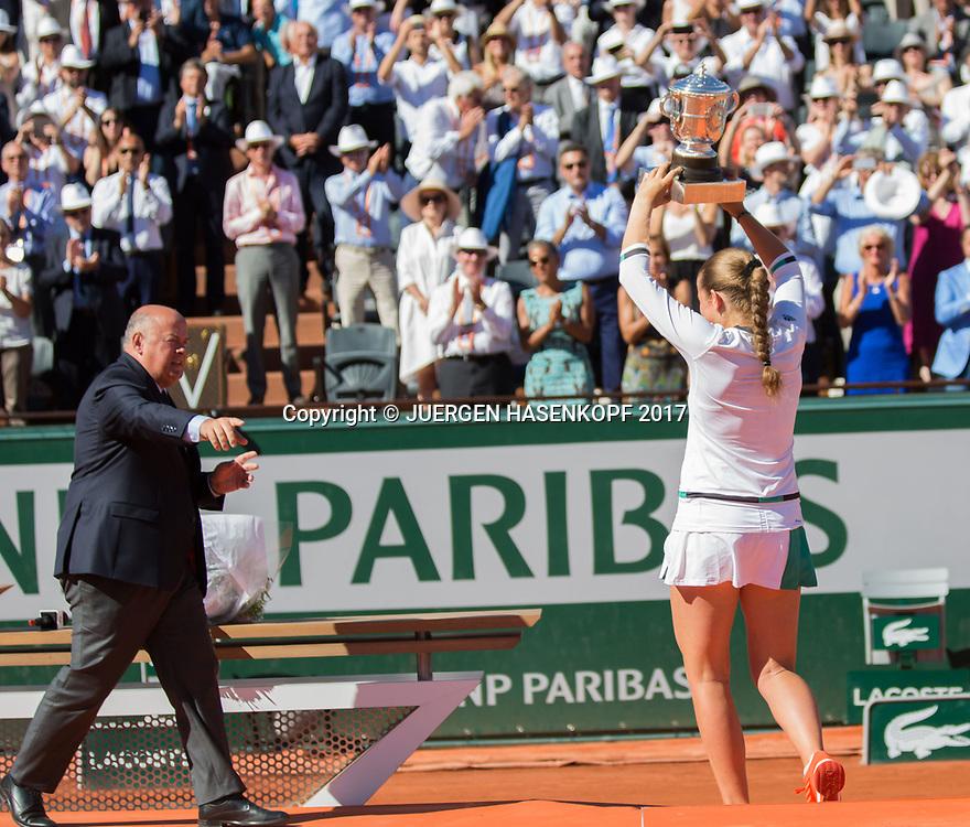 JELENA OSTAPENKO (LAT) will den Fans den Pokal zeigen aber Security Mann schickt sie zurueck, Siegerehrung, Praesentation<br /> <br /> Tennis - French Open 2017 - Grand Slam / ATP / WTA / ITF -  Roland Garros - Paris -  - France  - 10 June 2017.